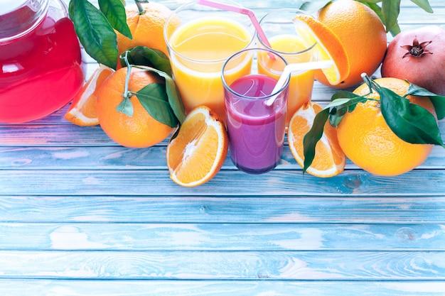 Свежевыжатые апельсиновые и гранатовые соки с апельсинами и гранатовыми фруктами