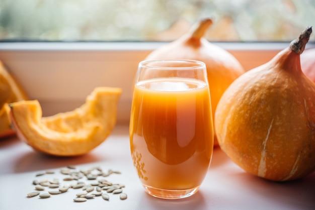 かぼちゃの種が入った絞りたてのかぼちゃジュース、ビタミンや抗酸化物質を多く含む秋の季節のジュース