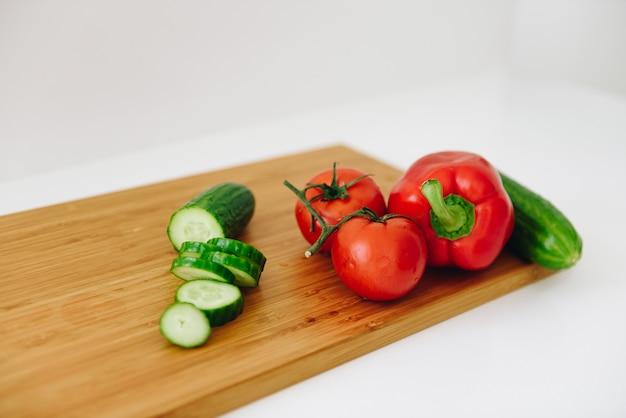 洗いたてのサラダの材料:ピーマン、トマト、キュウリ-健康野菜