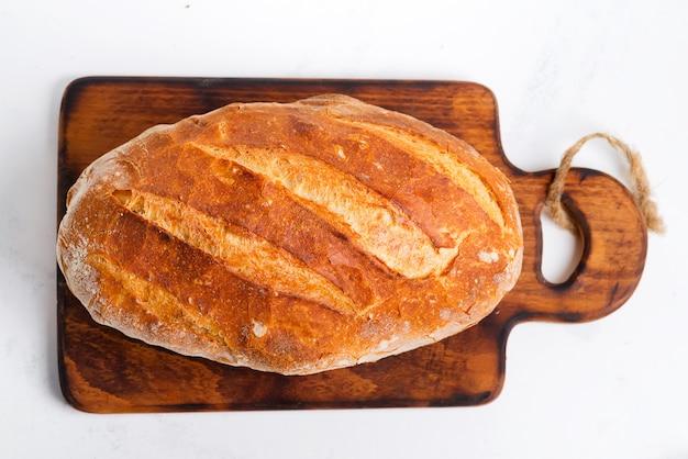 밝은 회색 대리석 테이블에 freshy 구운 수제 빵을 닫습니다
