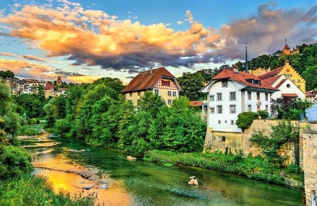 일몰에 스위스의 sarine 강에서 fribourg