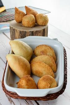 Жареные и жареные бразильские закуски. на маленьком подносе.
