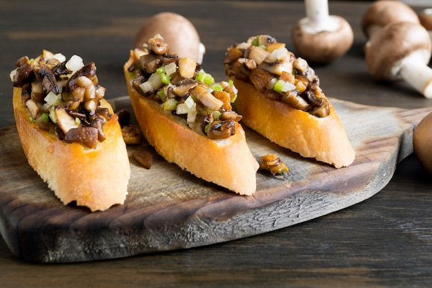 Fried baguette slices with mushrooms, garlic and herbs.