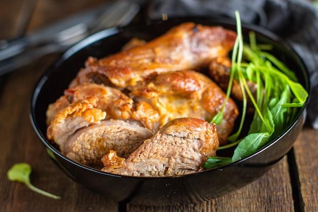 Жареное запеченное мясо свинина или барбекю из говядины готовит полезное мясо