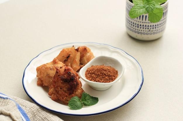 揚げバナナ(pisang goreng ogula palem)、小麦粉バッターを添えた揚げバナナフリッター、パームシュガー添え。選択されたフォーカス