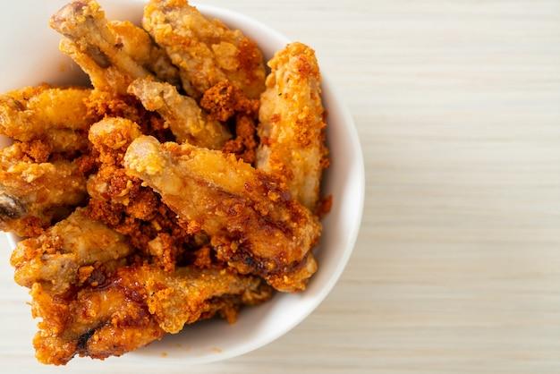Жареные куриные крылышки барбекю в белой миске