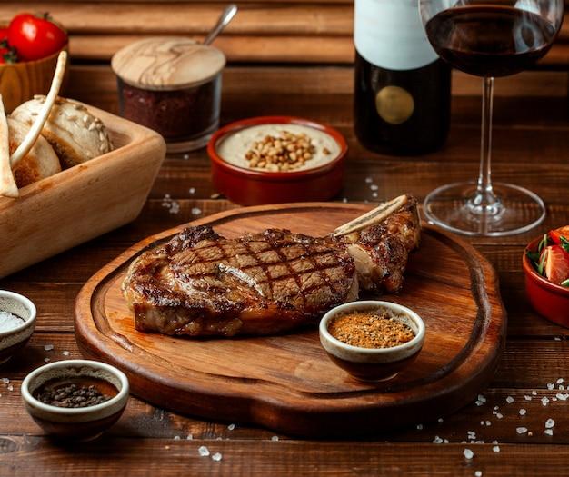木の板にフライドビーフステーキ