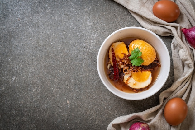 タマリンドソースまたは甘酸っぱい卵とゆで卵の炒め物