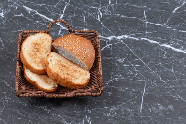 Pane e focaccina fritti nel canestro di vimini.
