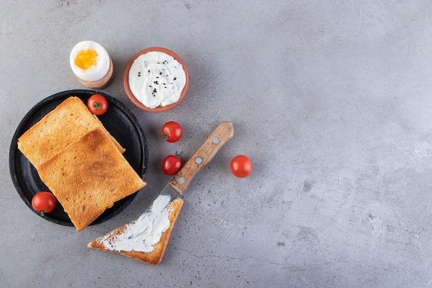 Pane fritto con crema di formaggio e pomodorini rossi freschi.