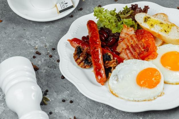 베이컨, 소시지, 구운 콩으로 튀긴 아침 식사.