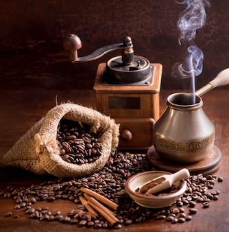 Жареный ярко с дымными зернами, поверхность кофейных зерен
