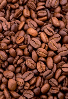 Жареный ярко с дымными зернами, кофейными зернами.