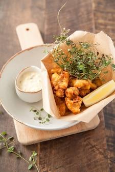 Жареный кальмар с соусом и тимьяном