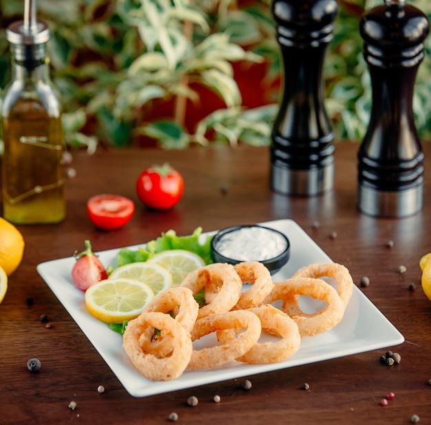 Жареные кольца кальмара на столе