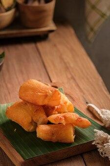 揚げキャッサバはバナナの葉をベースにしたまな板でお召し上がりいただけます。クラシックなキッチンテーブルをテーマにアレンジ