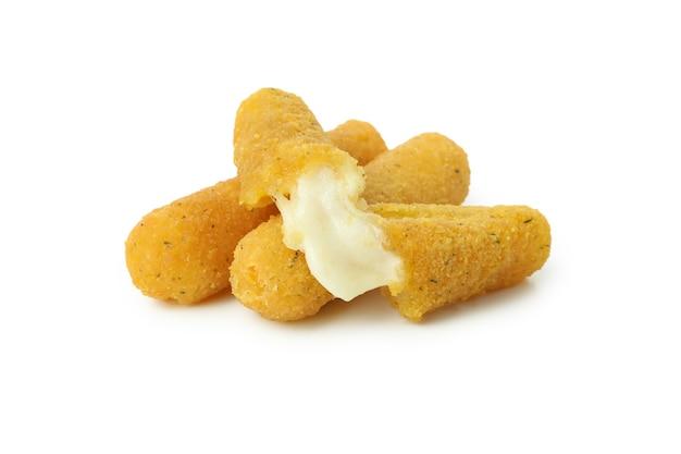 Жареные сырные палочки, изолированные на белом фоне