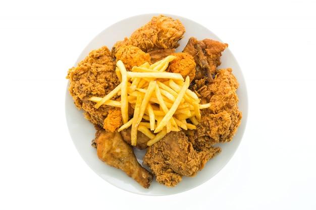 흰 접시에 튀긴 닭고기와 감자 튀김