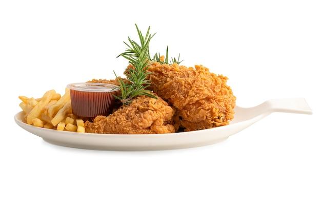 로즈마리 잎을 곁들인 프라이드 치킨과 감자 칩, 흰색 접시에 제공되는 고칼로리 정크 푸드