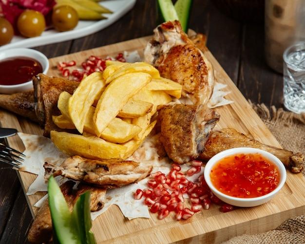 달콤한 칠리와 닭고기와 감자 튀김