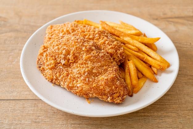 프렌치 프라이와 케첩을 곁들인 프라이드 치킨 가슴살 스테이크