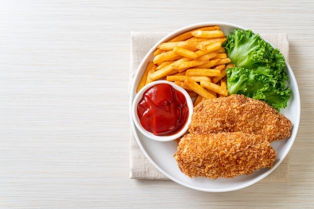 フライドチキンの胸肉フィレステーキとフライドポテトとケチャップ