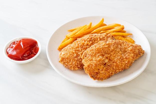 Обжаренный стейк из филе куриной грудки с картофелем фри и кетчупом