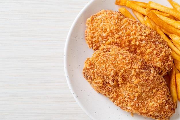 프렌치 프라이와 케첩을 곁들인 프라이드 치킨 가슴살 등심 스테이크