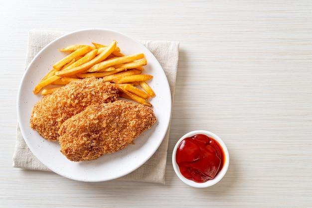 Обжаренное филе куриной грудки с картофелем фри и кетчупом