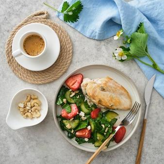 フライドチキンの胸肉と新鮮なストロベリーキュウリのサラダ。
