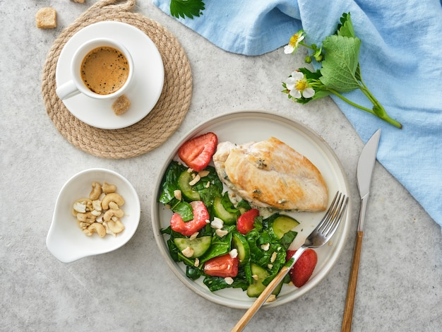 Жареная куриная грудка с салатом из свежей клубники и огурцов.
