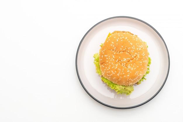 Жареный куриный бургер на белом фоне