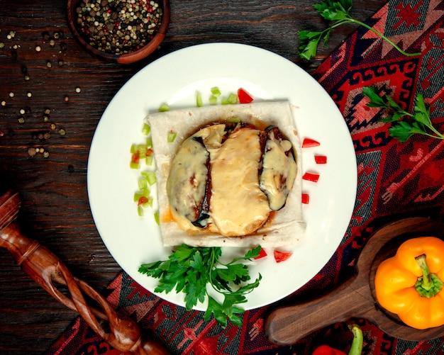 Pollo fritto sotto formaggio sul tavolo