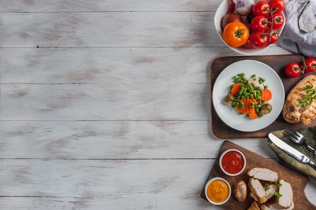 Жареное куриное филе и вареные овощи, вкусный ужин-шашлык