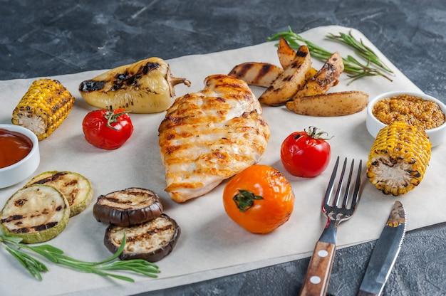 Жареное куриное филе и овощи гриль, вкусный ужин-шашлык