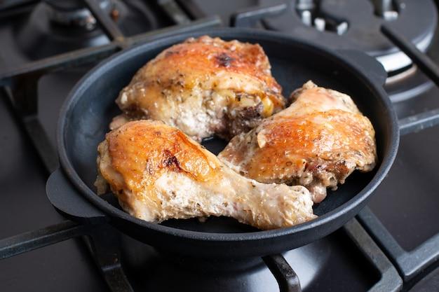 냄비 집에서 만든 음식에 프라이드 치킨