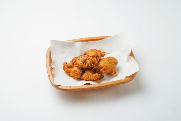 Жареный цыпленок, изолированные на белом фоне