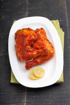 프라이드 치킨 다리 또는 드럼 스틱 튀김 검은 배경으로 매운 인도 치킨 튀김