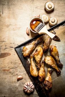 버섯, 마늘, 매운 소스를 곁들인 프라이팬에 튀긴 닭 다리