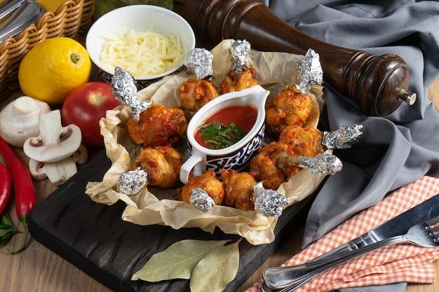Жареные куриные ножки с кетчупом в бумаге для выпечки