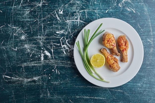 Cosce di pollo fritte con limone e cipolla.