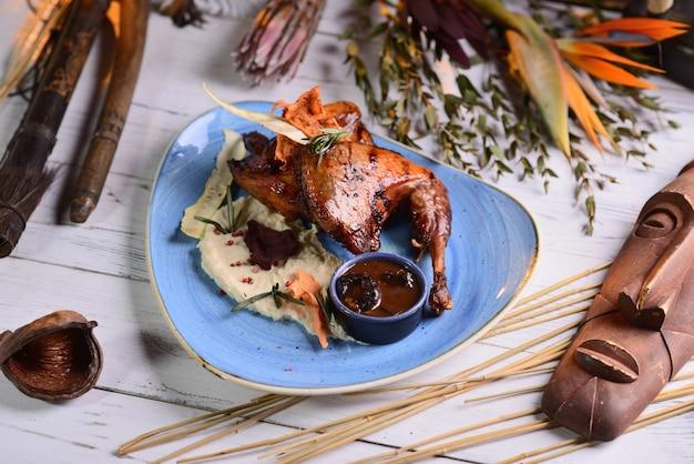 으깬 감자, 로즈마리, 소스와 함께 튀긴 닭 다리
