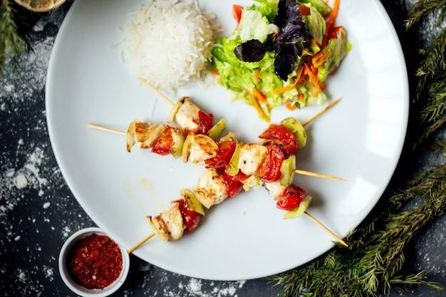 Жареное куриное мясо и помидор с рисом