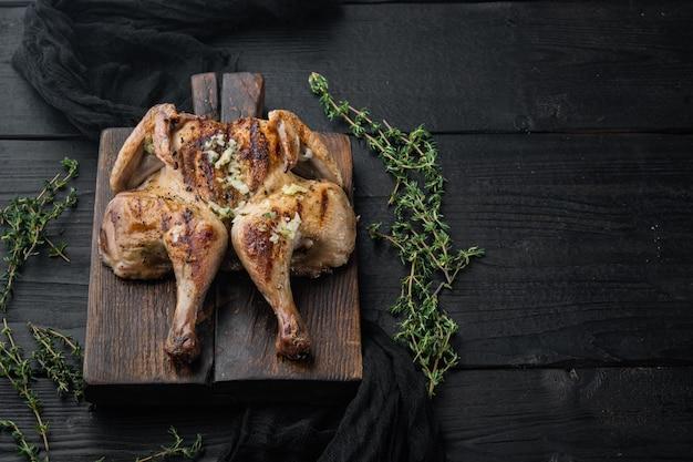 Жареное куриное мясо на черном деревянном столе