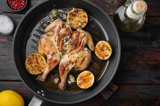 오래 된 나무 테이블에 튀긴 닭고기
