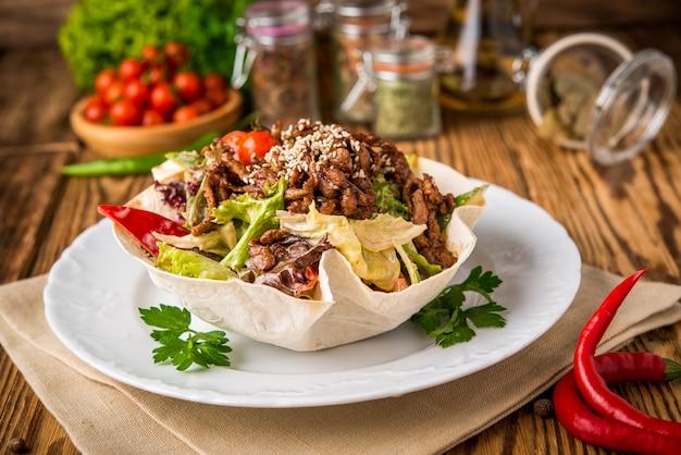 Жареное куриное мясо с овощами в лаваше