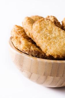 Жареные куриные наггетсы в миске, изолированные на белом