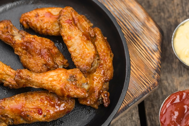 다양한 소스와 함께 접시에 프라이드 치킨 프리미엄 사진