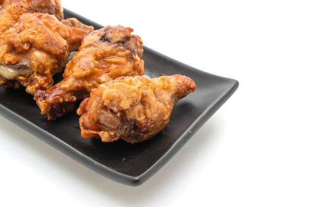 Жареный цыпленок на белом столе