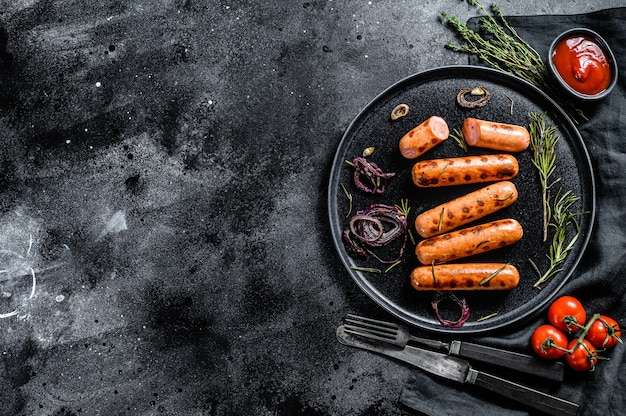 Жареные куриные сосиски с луком, чесноком и розмарином